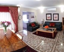 Living and Dining Area © Royal Ridge Guest House