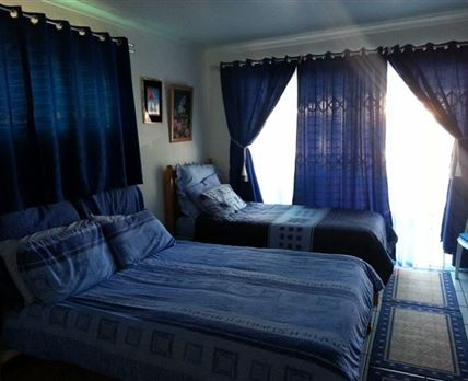 Main room with a double bed and a single bed