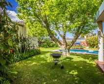 The garden and pool with Weber barbecue © John Carne
