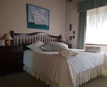 queen size bed with half bathroom en-suite