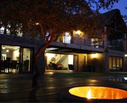 Kierieklapper River House at night