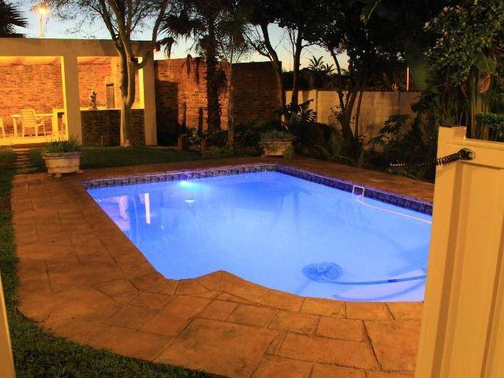 Villa milou for Villa park pasadena swimming pool