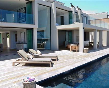 Pool deck © Dav1es