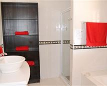 En-Suite Bath and Shower with clean towels. Amenity