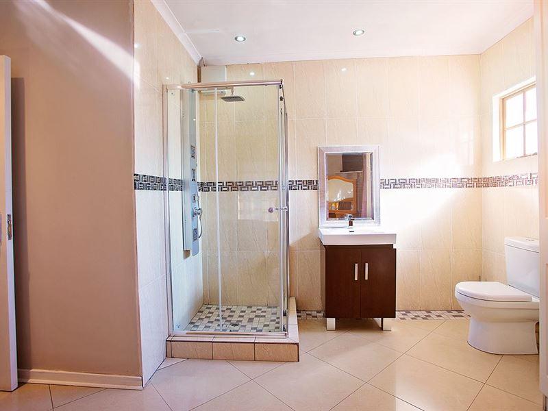 Guest En Suite Bathroom: ESangweni Guest House