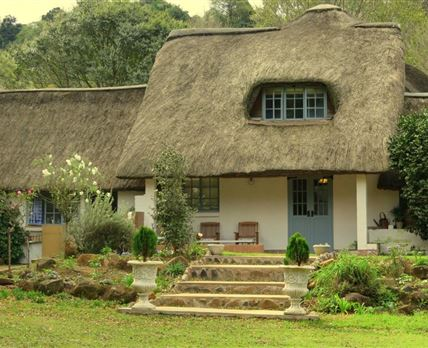 6 rooms - 4 with thatch ceilings