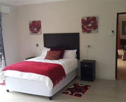 DELUXE DOUBLE BED WITH ENSUITE, AIR CON & TV.