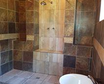 Look at this! Appaloosa's stunning en suite bathroom. © Cheval Tachete.