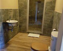 The Friesian room has a lovely spacious en suite bathroom. © Cheval Tachete
