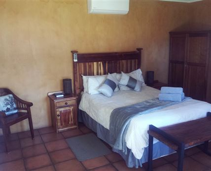 Luxury double bed unit with full Dstv and outside shower © Oude Werf Lodge Kuruman