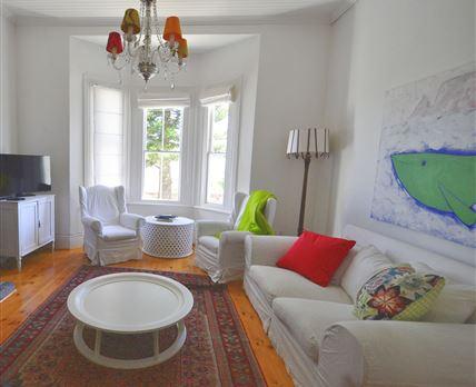 Beautiful sunny lounge with bay window © Kim Pereira Serrao Da Ribeira