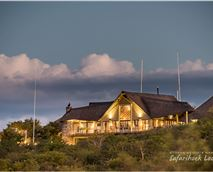 Night shot of the beautiful Safarihoek Lodge © Olwen Evans
