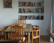 Eetkamer/diningroom with 6 chairs and oak table.