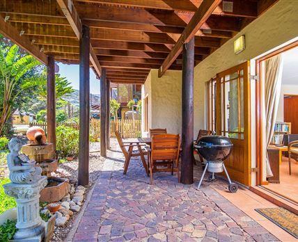 Private patio with Weber braai © Edj