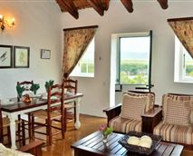 Vlei Cottage lounge and dining area