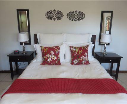 queen bed with en-suite shower in this large single bedroom