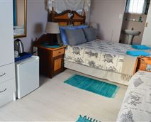 This room is next door to the Lagoon View En suite.It has a double bed and a single bed with an en suite shower, toilet and wash basin with mirror. There is a flat screen tv , mini fridge and tea & coffee making facility. The room is located upstairs and opens up onto a sundowner deck.