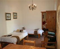 Open-plan living room with two single bedsUnit 1 © Kleine Heimat
