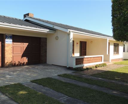Double garage/wrap around garden/fully enclosed © MB