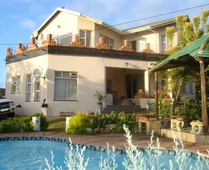 The house has a large patio on the top floor with a spectacular view overlooking the sea. The swimming pool and braai aria, also overlooking the sea, gives one piece and calmness wile the kids are cooling off in the pool and you listening to the crackle of the fire sipping a refreshing drink.