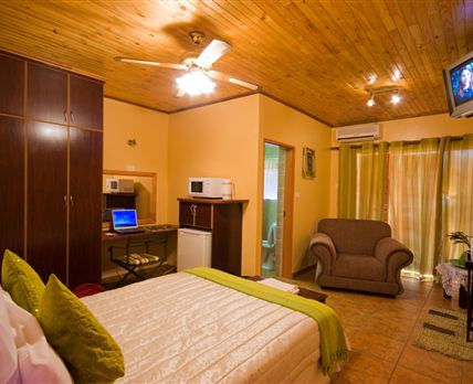 Rheotessa has spacious room with en suit bathrooms.Air conditioning and DSTV in each room