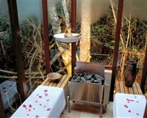 The glass sauna is located in the Forest Spa and is entirely surrounded by forest.