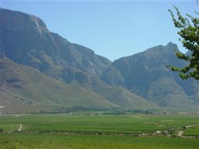 Paarl Golf Club (Boschenmeer Estate) lies in the Berg River Valley, surrounded by magnificent mountain ranges.