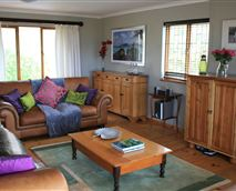 Relax in comfy leather sofas while enjoying a fire and views of Hout Bay and Kommetjie mountain.