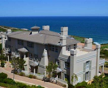 Golf villa overlooking the ocean and the golf course. © Golf Safari SA