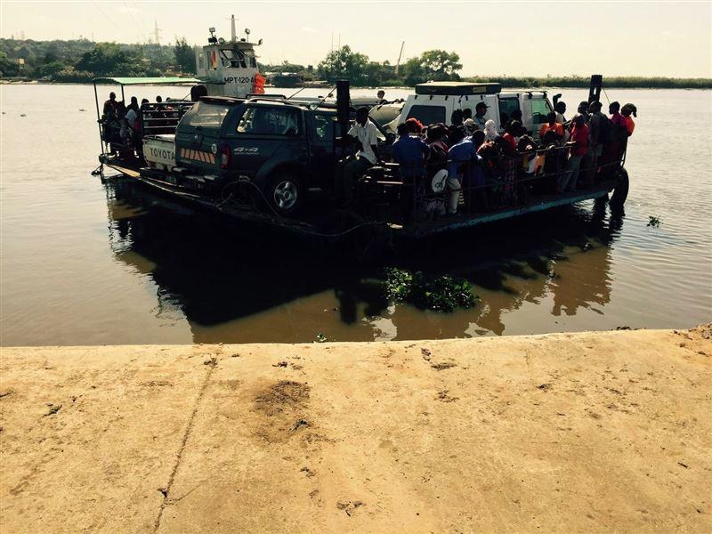 Ferry (batelão) across the Incomati River