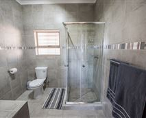 En-suite bathroom main bedroom