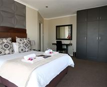 This spacious room is situated upstairs, overlooking Table Mountain, en-suite bathroom includes a shower & a relaxing corner tub. Also included a minibar fridge, air-conditioning,coffee/tea station,TV, and free WiFi.