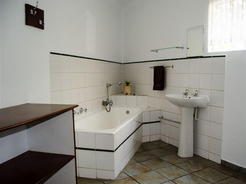 Motel En Suite Bathrooms: Travellers Inn