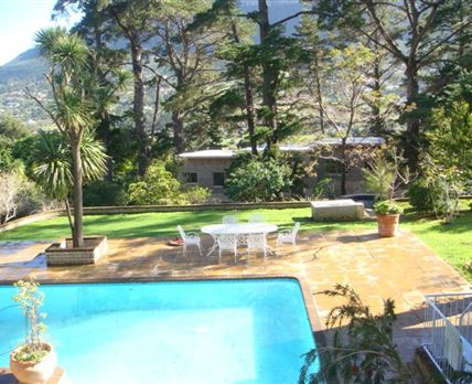 Large Swimming pool in beautifull garden with Mountain Views.