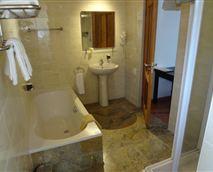 Deluxe en-suite bathroom